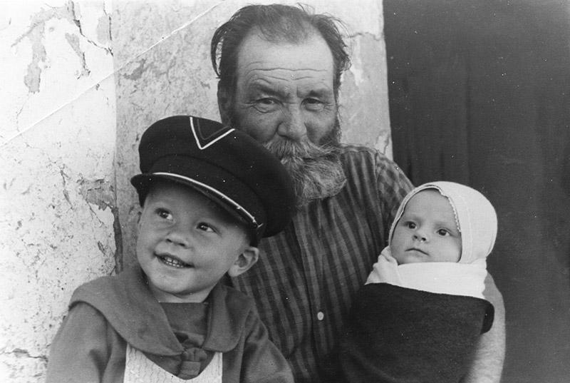 Иван Садофьевич Быков с внуками