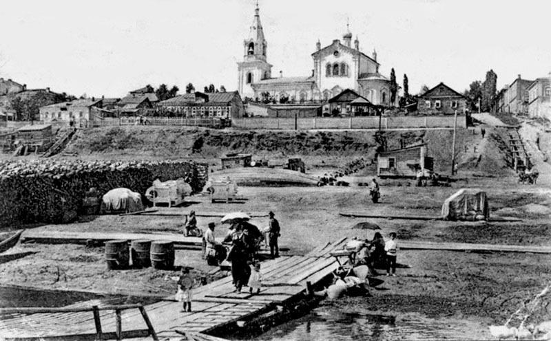 Финляндская пристань в Саратове, где швартовались суда «Финляндского пароходно-го общества Лайхио». Слева на набережной дом Андерса Лайхио. Фото рубежа XIX-XX вв.