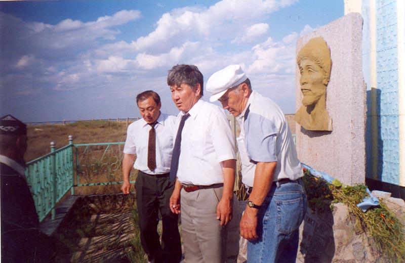 У памятника Мухиту, Каратобинский район