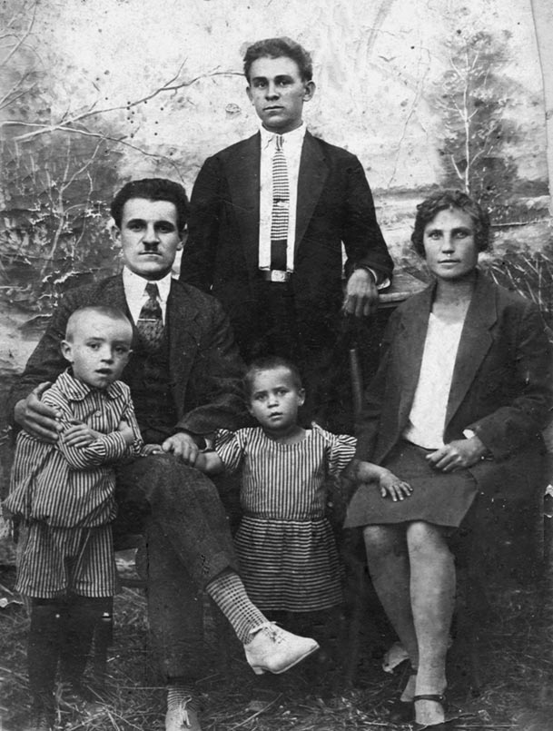 Юра (слева) с родителями и другими родственниками