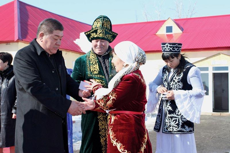 Замакима Бурлинского района Ж. Каналин и директор АО С. Кузенбаев вручили медали