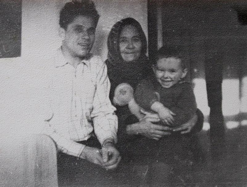 С мамой Клавдией Антоновной и сыном Костей