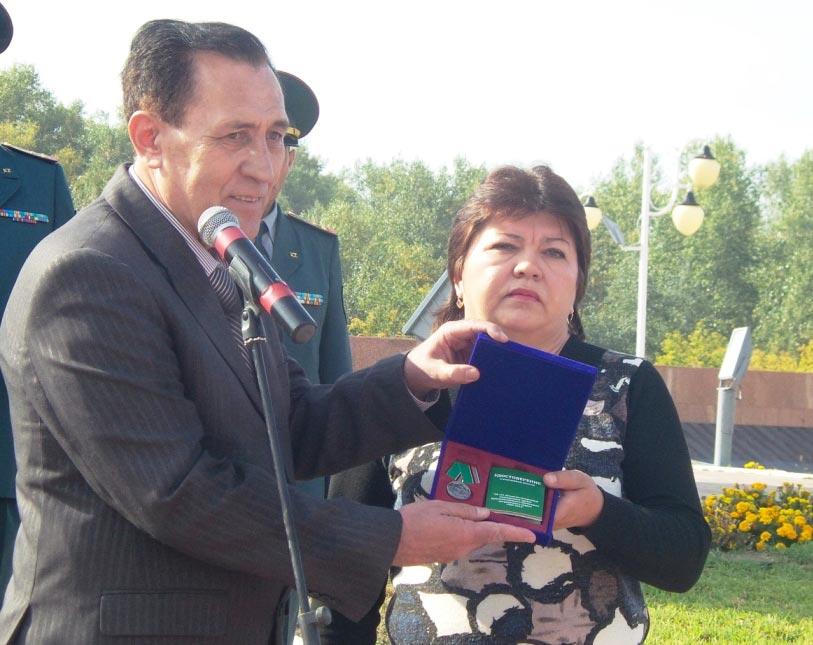 Вручение медали на площади Победы
