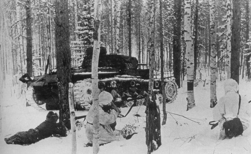 Советские солдаты в бою в лесу под Москвой