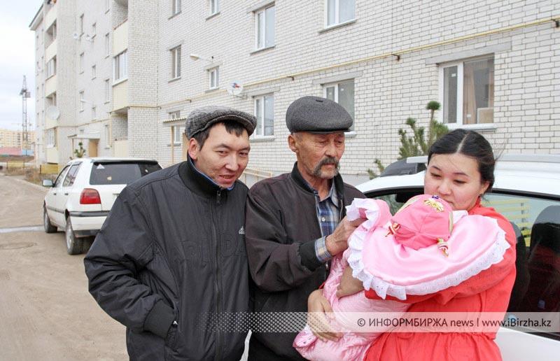 Ихласов Есболат (слева), инвалид II группы, получил однокомнатную квартиру в одном из новых домов поселка Зачаганск в марте 2014 года. В очереди на коммунальное жилье он стоял с 2001 года