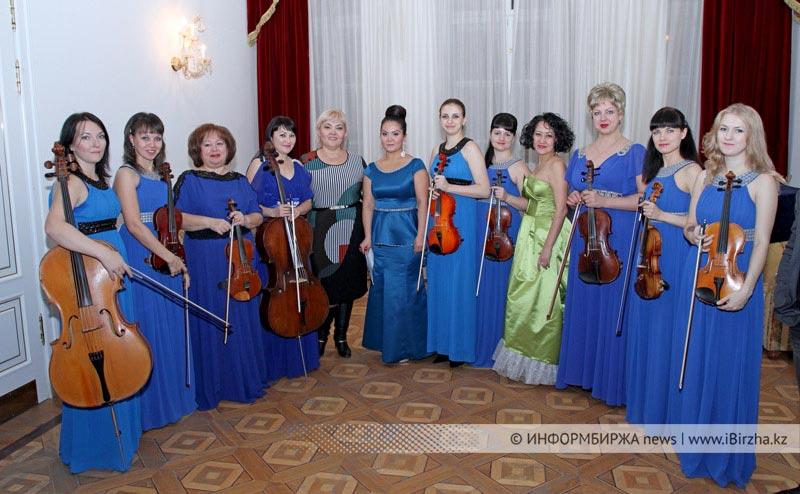 Областной камерный оркестр с директором Г. Алиевой, в центре