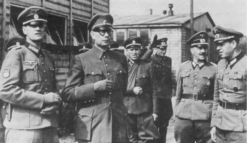 Генерал Власов (второй слева) в немецком штабе