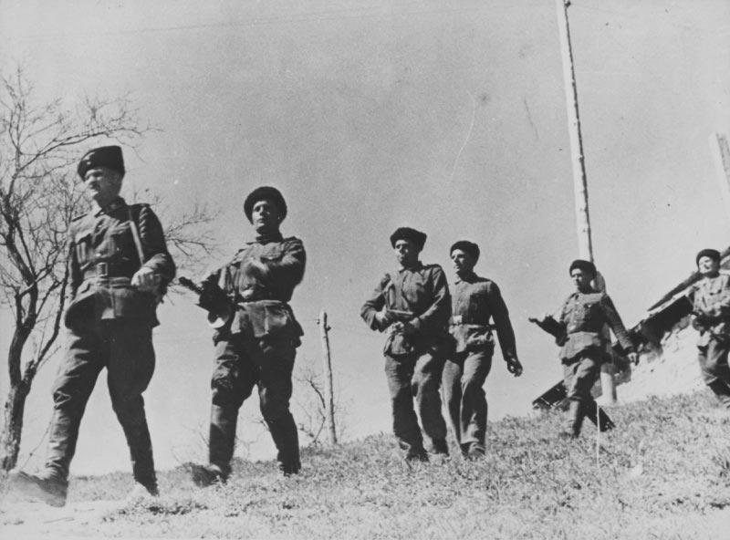 Казаки из состава немецких войск, вооруженные трофейными ППШ