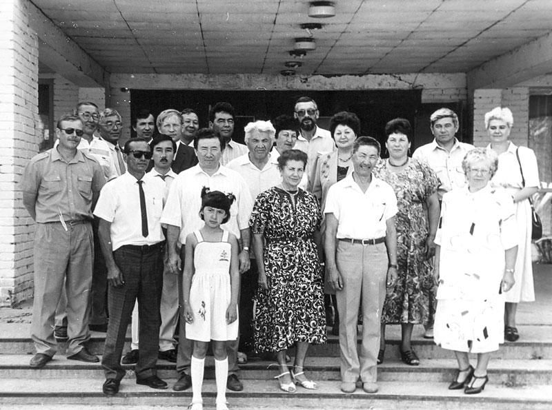 Встреча выпускников Зап.-Каз. СХИ 1970 г. в ЗКАТУ им. Жангир хана в 1995 г.