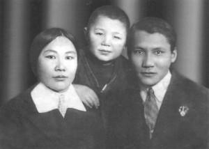 Слева направо: мама, Султанер, папа. Ленинград