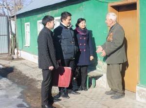 Ветеран Великой Отечественной войны Александр Иванович Казин встретил гостей во дворе