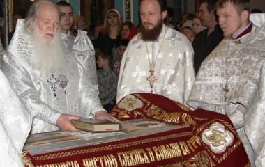 5Владыка Библию с плащеницы берет