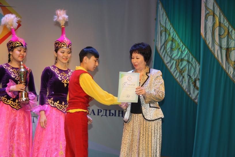 Раиса Шер вручает диплом капитану команды победителей ЗКО