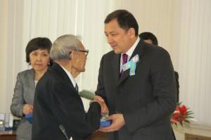 Аким ЗКО вручает награду ветерану