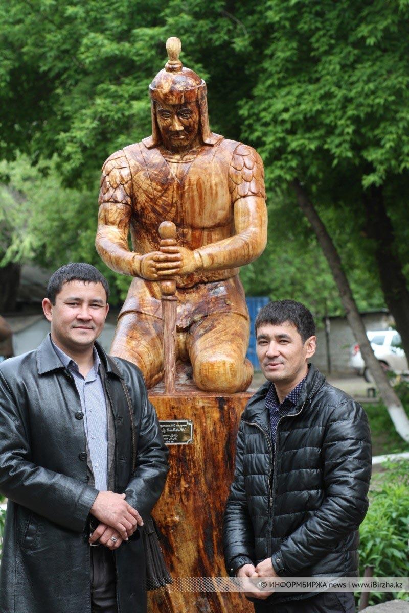 Азамат Алагузов и Болатбек Баймаганбетов рядом со скульптурой на корню