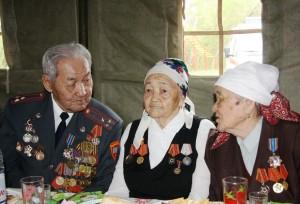 Беседа ветеранов в солдатской палатке