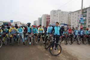 Аким Уральска Алтай Кульгинов с велосипедистами