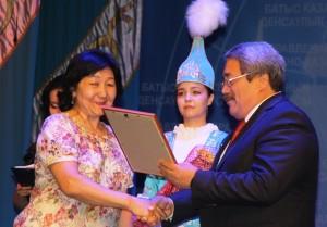 Камидолла Ирменов вручает награду