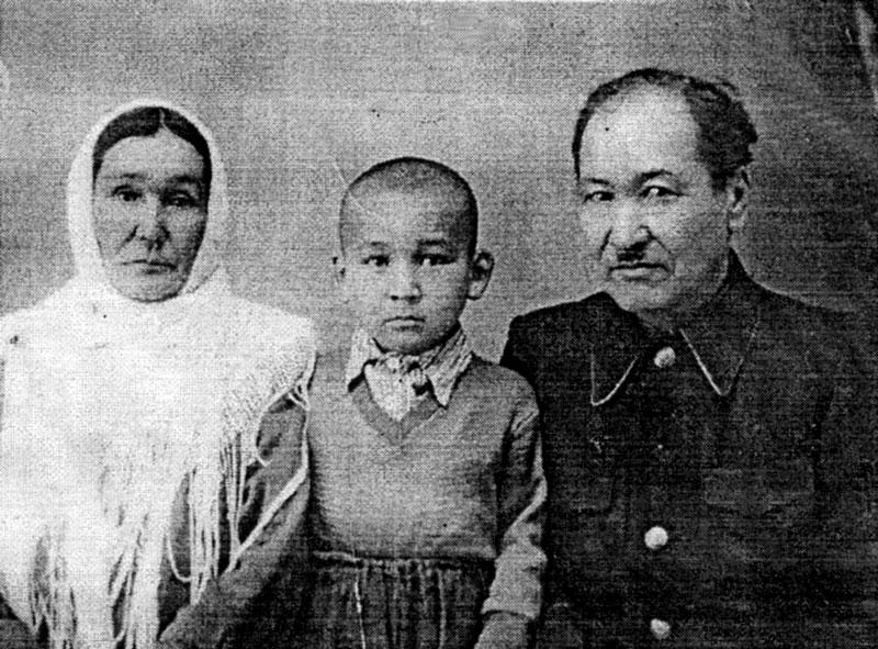 Кулмекен и Газиз Муминовы с племянником