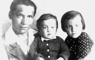 Х.А. Днишев с детьми Сарой и Алимом в день ухода на фронт. Ленинград. 3.07.1941 г.