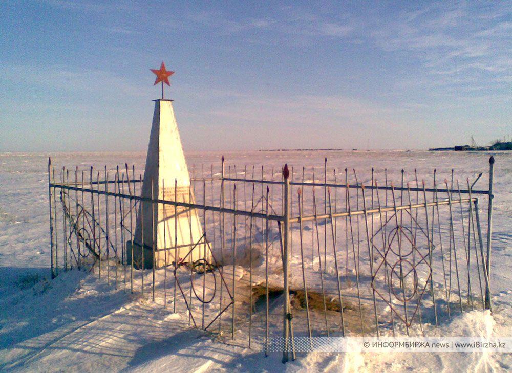 Памятник на могиле бригадира путей И. Передеры, ст. Шунгай, 1942 г.