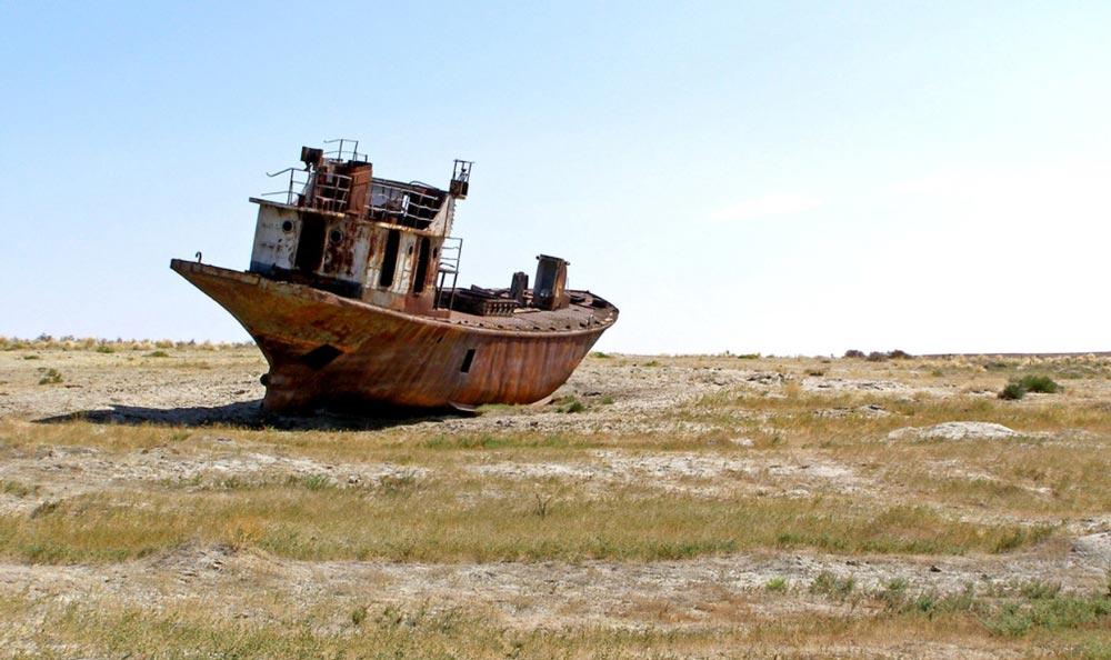 Судно на дне Аральского моря