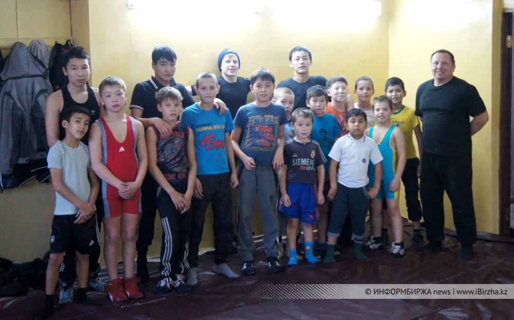 А. Ларионов со своими воспитанниками