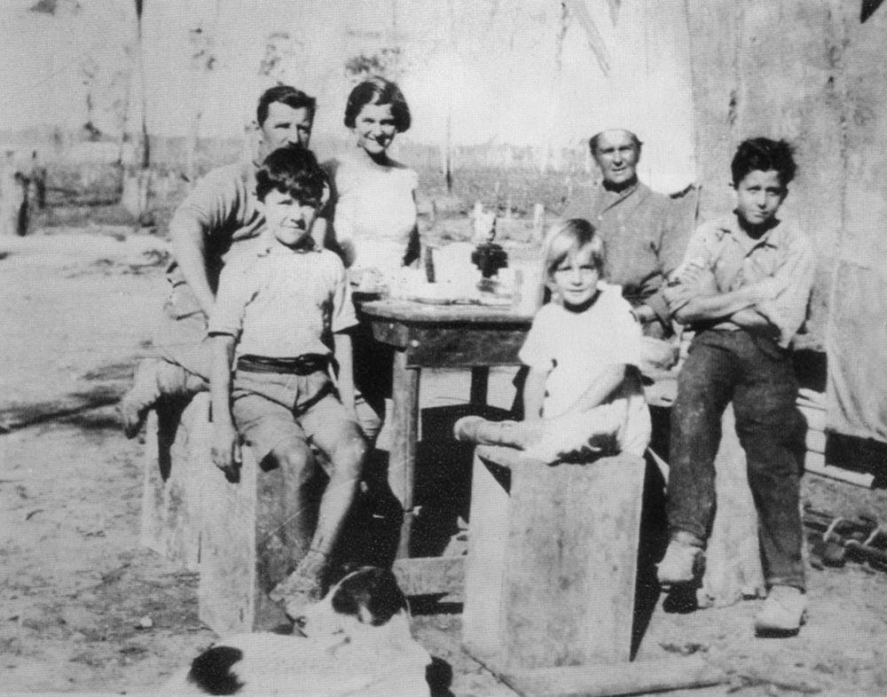 Семья Толстовых в Билоеле, возле дома из мешков. 1929 г.