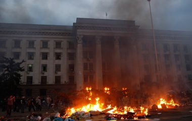 A pro-Russian activist tent camp burns in front of the trade union building in Odessa May 2, 2014. At least 38 people were killed in a fire on Friday in the trade union building in the centre of Ukraine's southern port city of Odessa, regional police said.    REUTERS/Yevgeny Volokin (UKRAINE - Tags: POLITICS CIVIL UNREST)