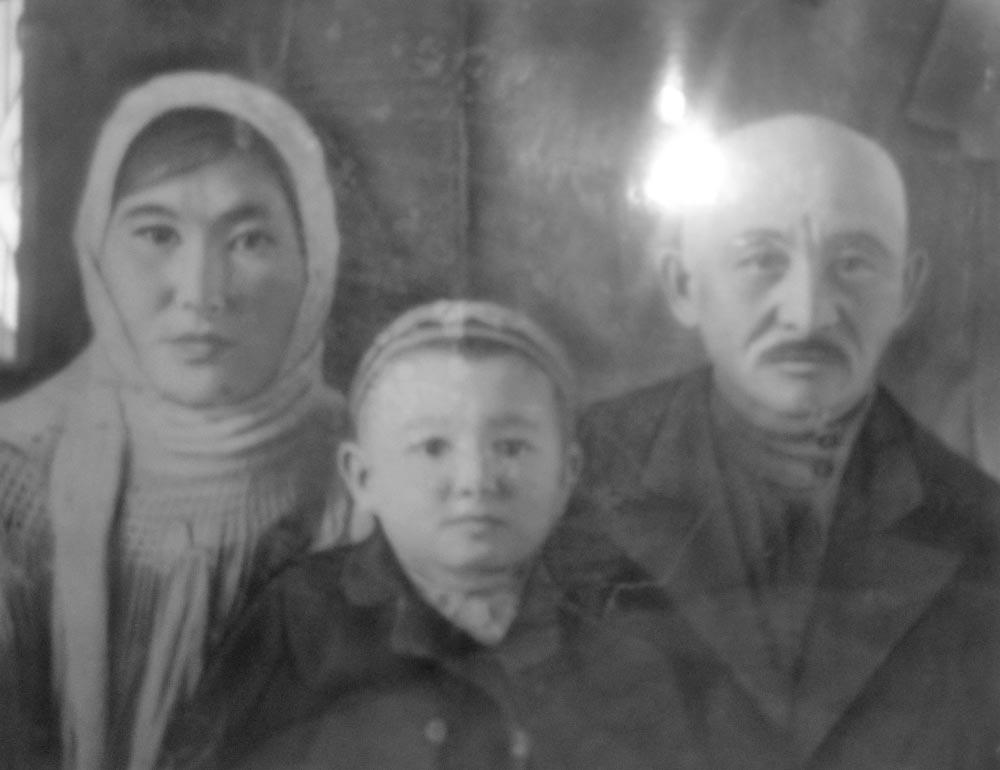 Маленький Темеш с родителями