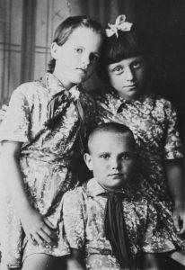 В детском доме в Очёре. Тома Трофимова – слева