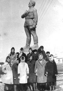Жители Будёновки у памятника Кирову