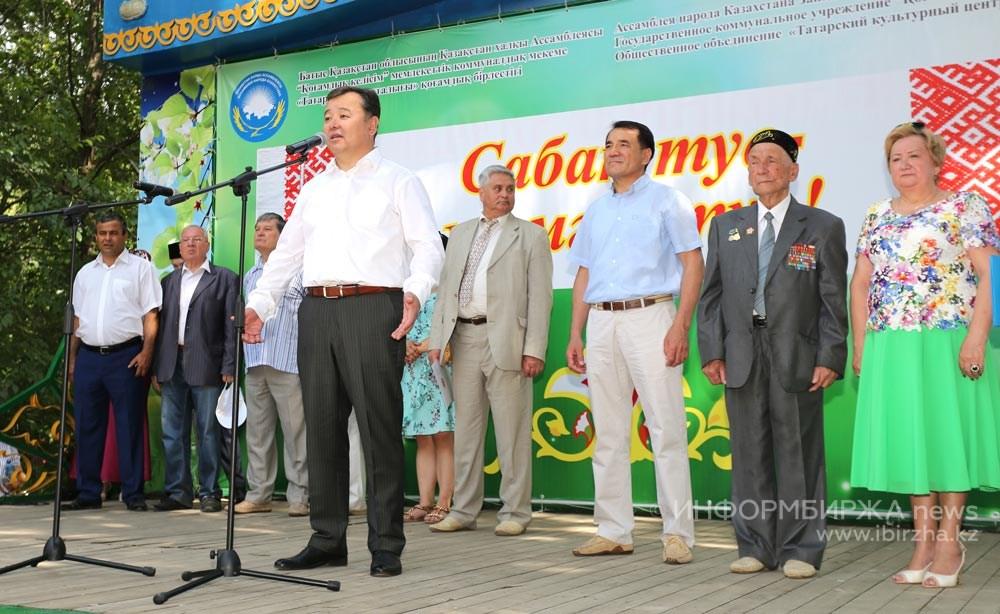 Приветствует собравшихся аким Уральска М.Р. Мукаев