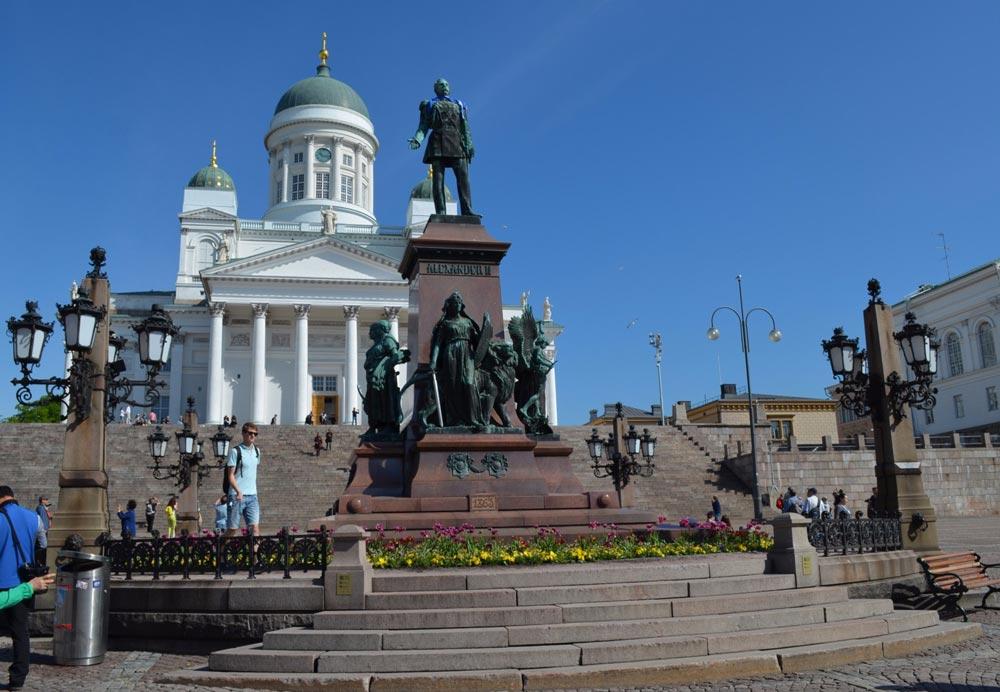 Памятник Александру II на центральной площади Хельсинки