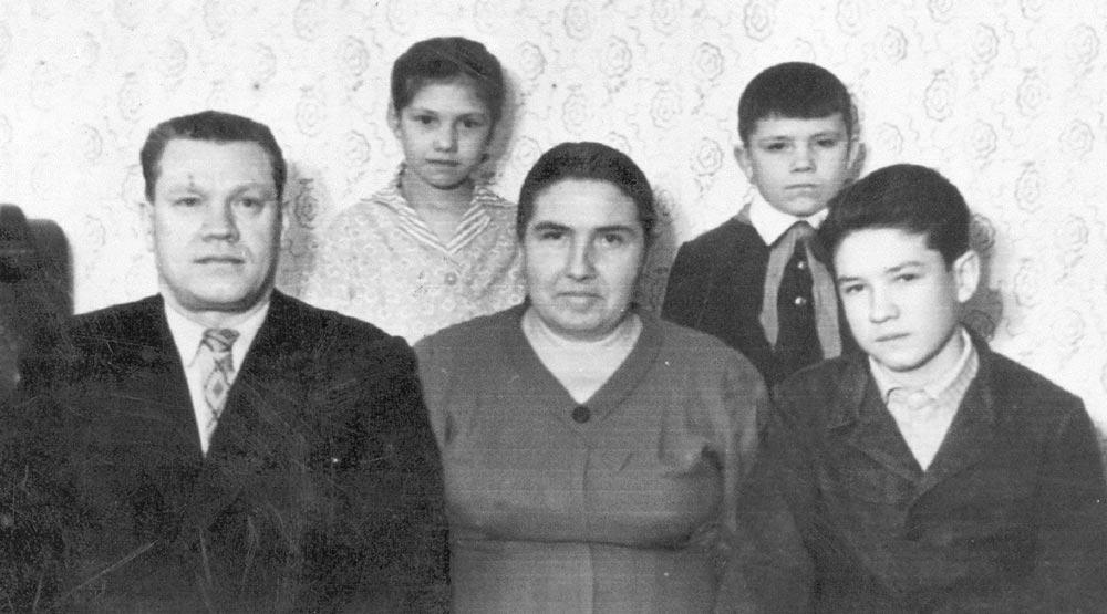 С родителями (Михаил справа), братом и сестрой