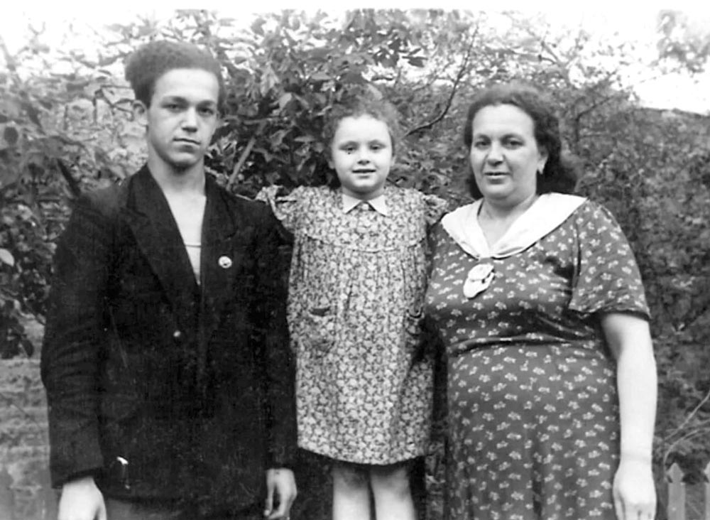 С мамой и сестренкой