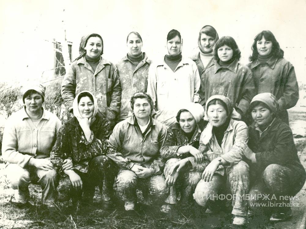 Зинаида Лукьяновна Ним (в первом ряду третья слева) со своей бригадой