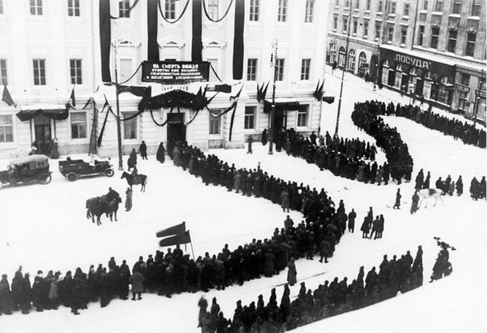 Очередь к гробу Ленина в Колонном зале Дома Союзов. 1924 год