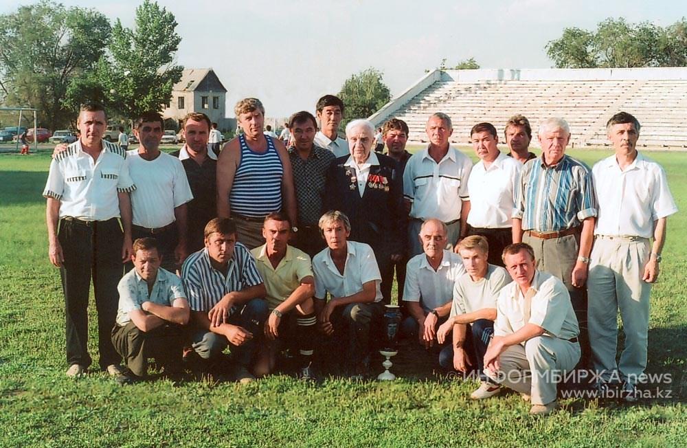 П.А. Атоян с ветеранами уральского футбола. 1997 г.