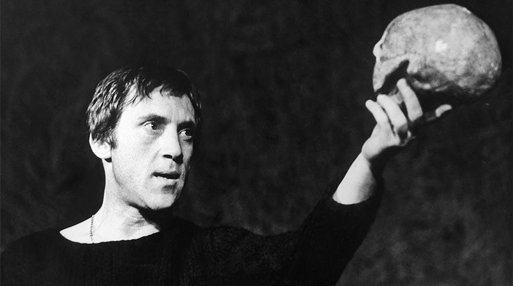 В. Высоцкий в спектакле «Гамлет», на сцене театра «Таганка». 1971 г.