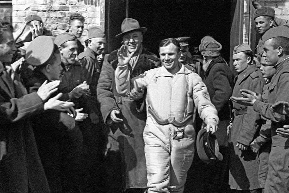 Летчик-космонавт СССР Юрий Гагарин после приземления