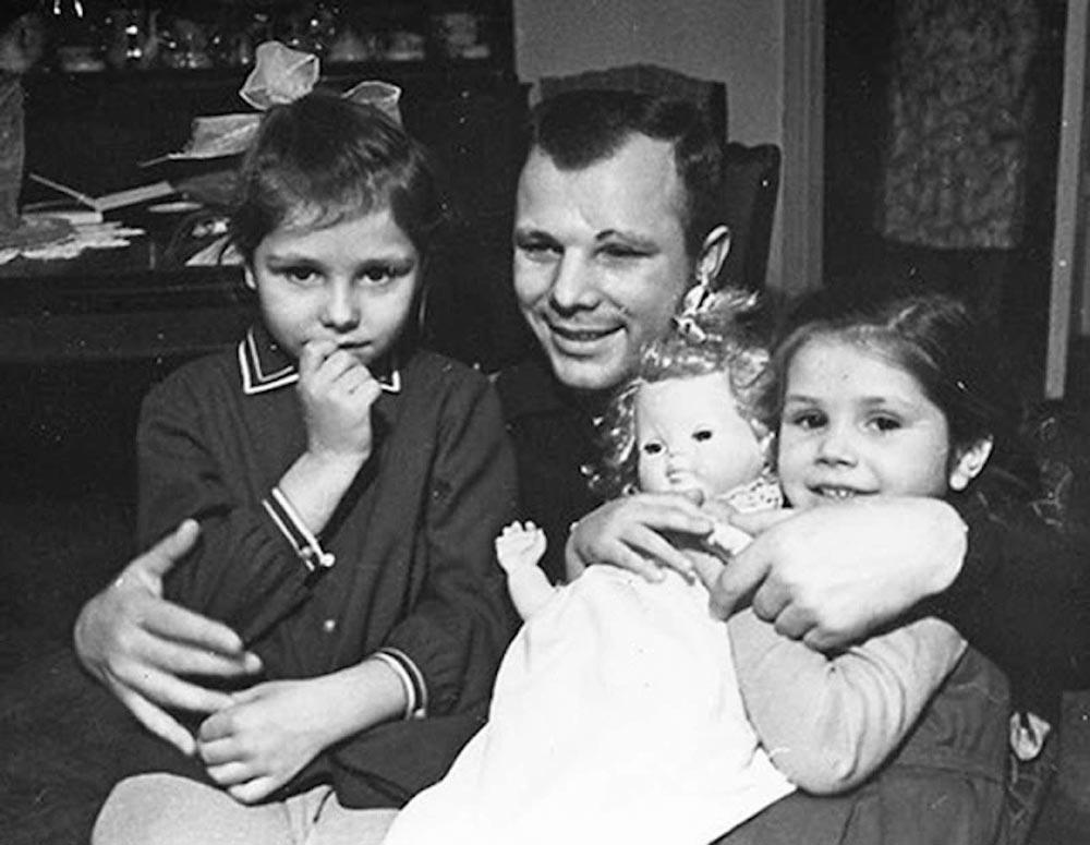 Ю. Гагарин с дочерьми