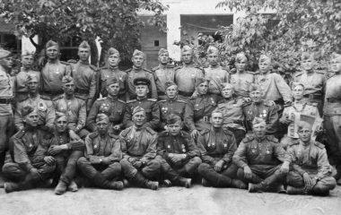 Гвардии капитан Васильчиков (во втором ряду сидит четвертый слева). Венгрия