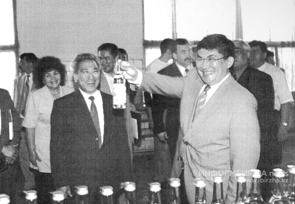 На предприятии побывал аким области Крымбек Кушербаев. 2002 г.