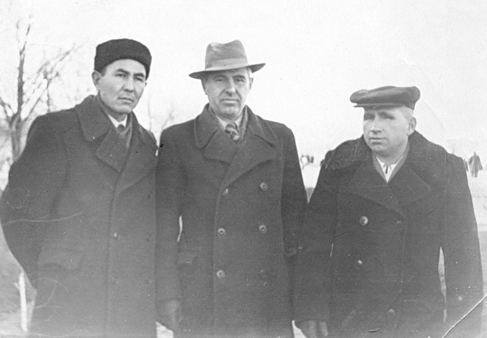 В Затоне В. Чапаева. Слева направо: Кинжегалий Джунусов, главный инженер завода Евгений Геффель, начальник планово-производственного отдела Сергей Уполовников. 7 ноября 1958 года.