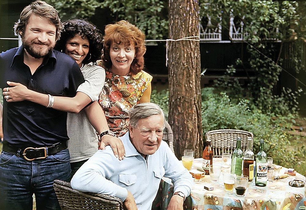 На даче у Блейков в подмосковном Кратове. Слева направо сын Филби Джон, жена сына (уже бывшая), супруга Филби Руфина и сам Ким. Начало 70-х годов