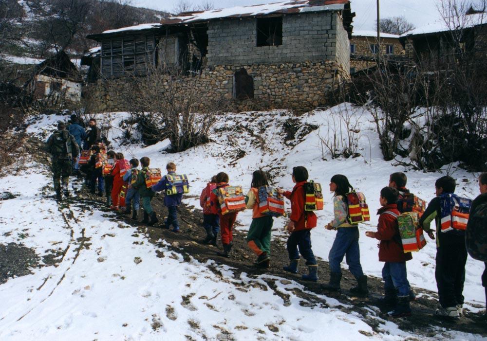 Дети идут в школу. Косово