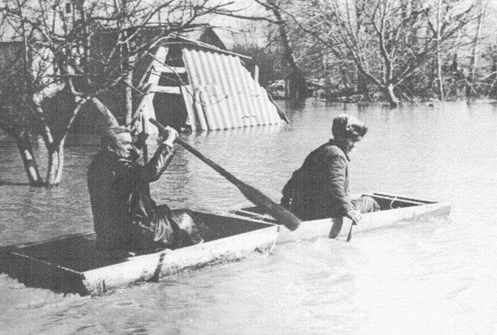 А. Валахов знакомится с масштабами наводнения в пионерском лагере