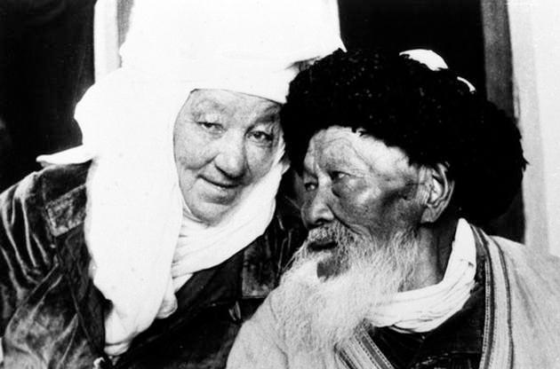 Дина Нурпеисова, народный композитор, кюйши и Жамбыл Жабаев, народный акын г. Алма-Ата, 1938 г.