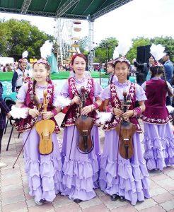 Айзат Турганбаевна Есжанова (в центре)